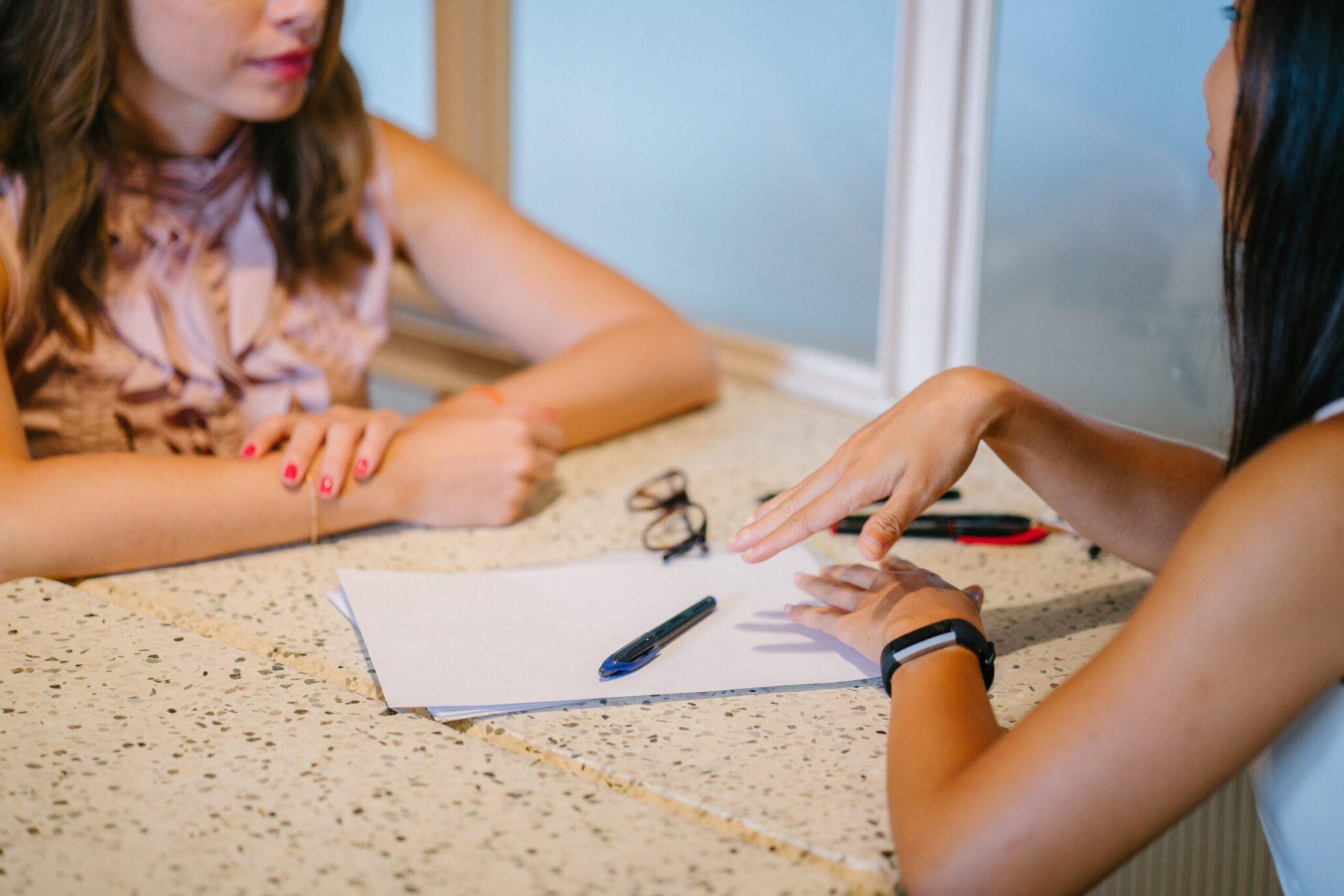 Therapeut die een intakegesprek voert - 2 dames